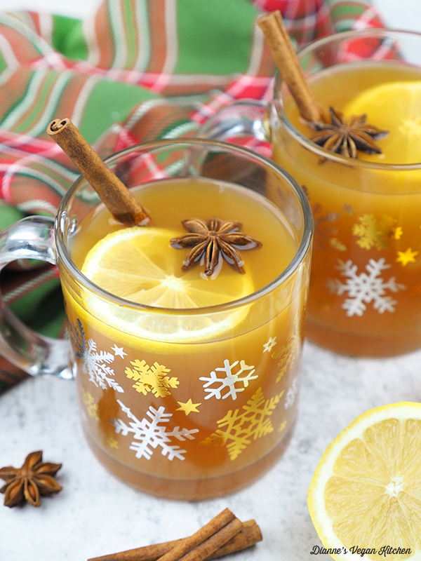 mugs of mulled apple cider