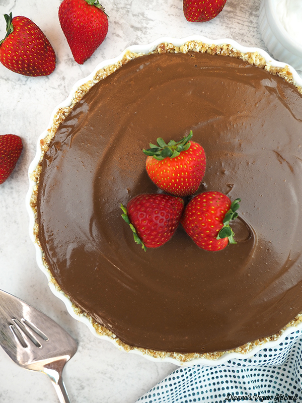 Vegan Chocolate Cream Pie with strawberries